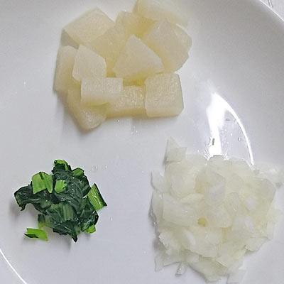 皿のうえにある角切りされたかぶの実、みじん切りされたかぶの葉と茎と玉ねぎ