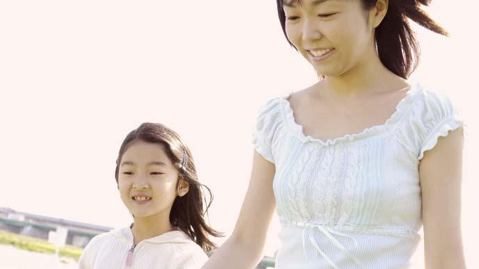 散歩する母と娘
