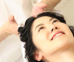 美容院で洗髪する女性