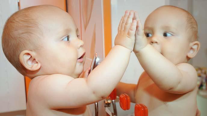 鏡に映っている自分を他人と思っている赤ちゃん
