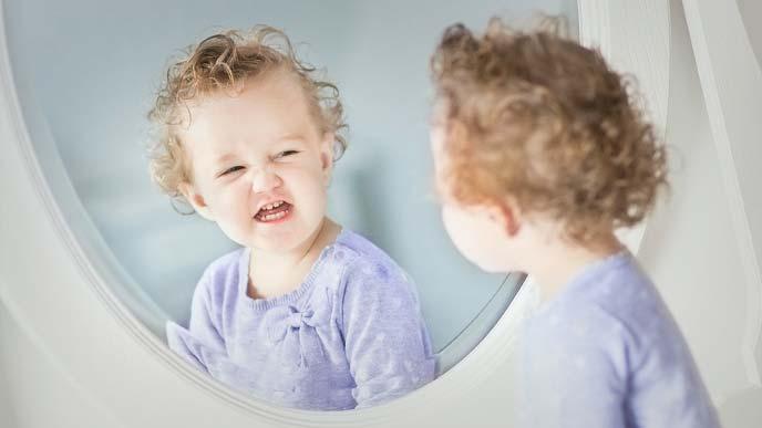 鏡を見てニンマリしている赤ちゃん