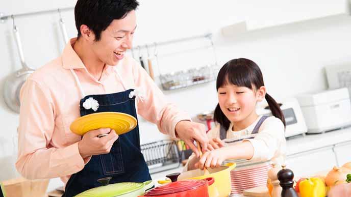 台所で調理する父親