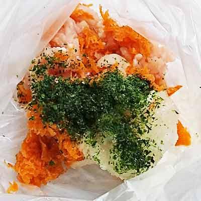 ポリ袋の中にある人参と玉ねぎのすりおろし、豆腐と青のりと片栗粉