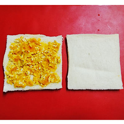 食パンに塗られたヨーグルト入りかぼちゃと鶏ひき肉