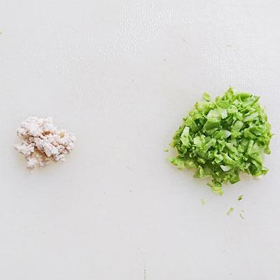まな板のうえのすりつぶされた鶏ひき肉とキャベツのみじん切り