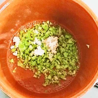 小鍋の中茹でられる鶏ひき肉とキャベツ