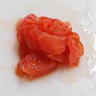 まな板の上にある刻んだトマト