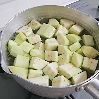 鍋に入れて茹でられているなす