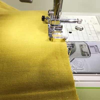合わせた生地をミシンで縫っていく様子