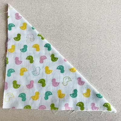 三角に折ったフードになる部分の生地