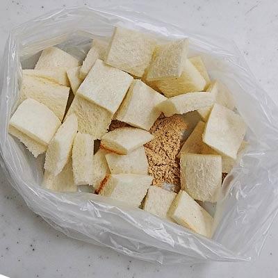 ビニール袋の中にあるトーストした一口大の食パンときなこ