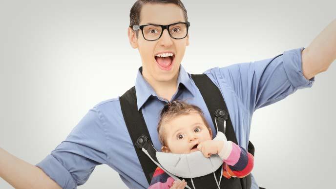 赤ちゃんを抱っこして楽しそうな男性