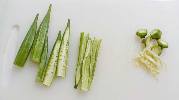 まな板の上にある半分に切って種を取ったオクラ
