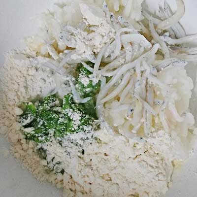 ボウルに入ったオクラ・しらす・ご飯・出し汁・小麦粉