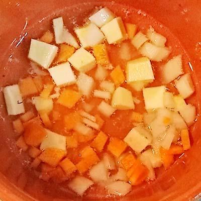 小鍋に入った出し汁の中で煮込まれる野菜