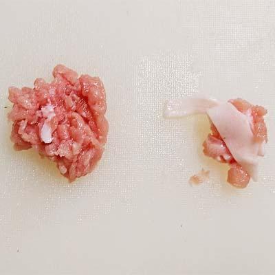 まな板のうえにある細かくカットされた赤身肉と白い脂肪部分