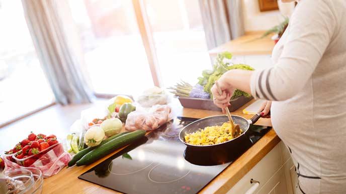 調理する妊婦