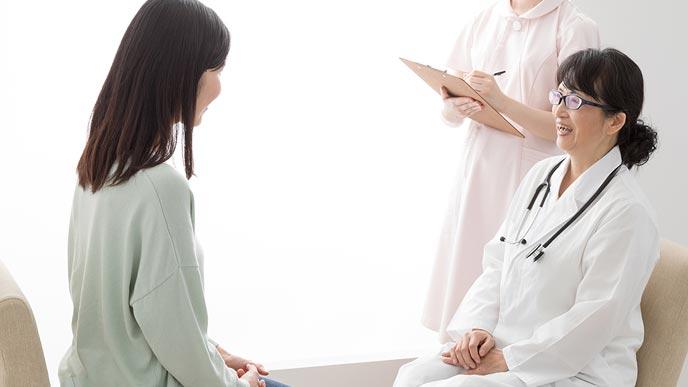 婦人科の診察を受ける女性