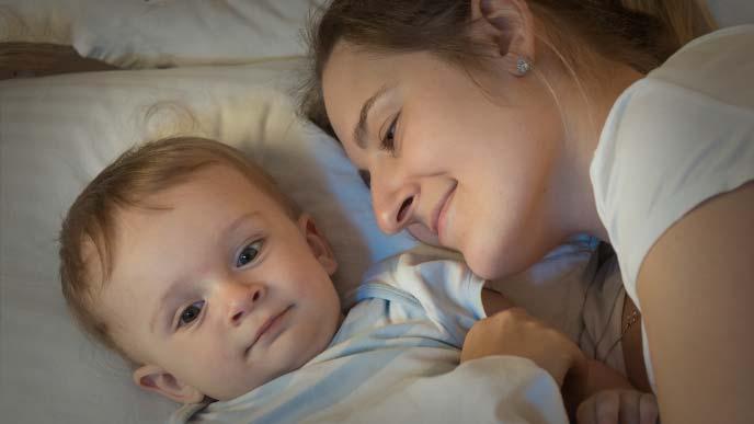 赤ちゃんを寝かしつけるお母さん