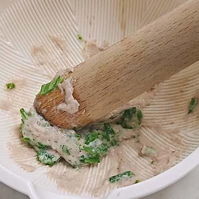 すり鉢でだし汁とともに伸ばされる茹でたまぐろとオクラ