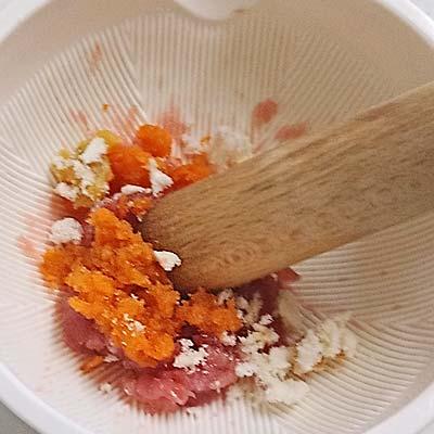 すり鉢の中で混ぜ合わせられるにんじん、麩、味噌、まぐろの刺身