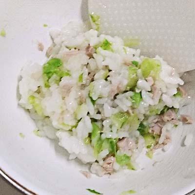 ボウルの中で混ぜられたまぐろと軟飯とレタス