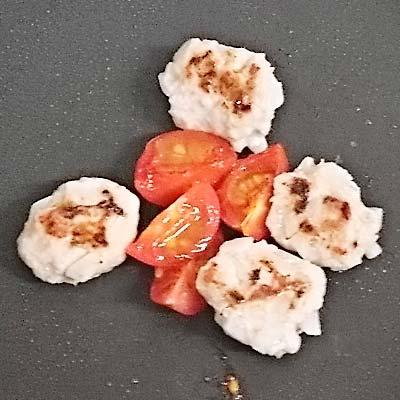 ライパンのうえで焼かれるまぐろハンバーグの生地とトマト