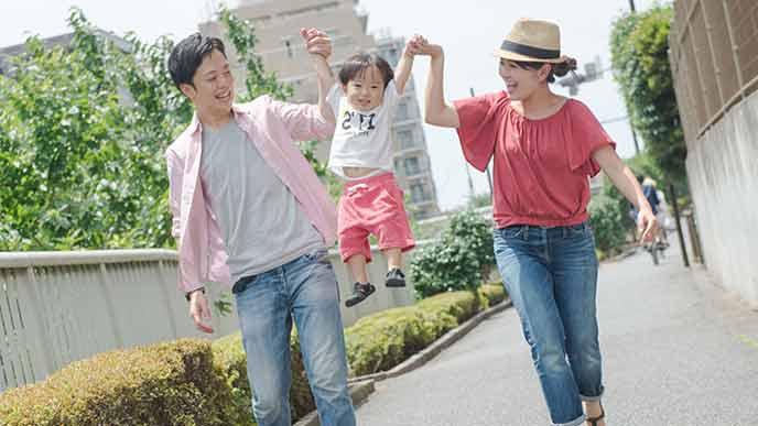 両親と一緒に外出する幼児