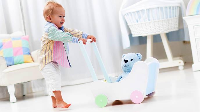 手押し車を押して歩く赤ちゃん