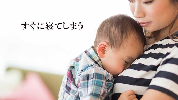 母親の胸に顔をのせて寝る赤ちゃん