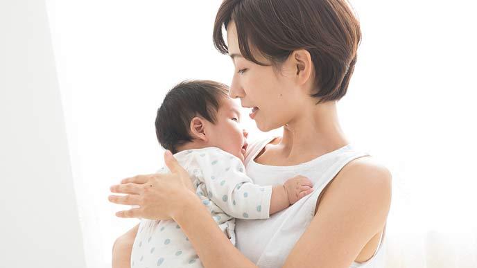 縦抱きで赤ちゃんを抱っこする母親