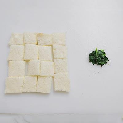 まな板の上にある切った食パンとほうれん草