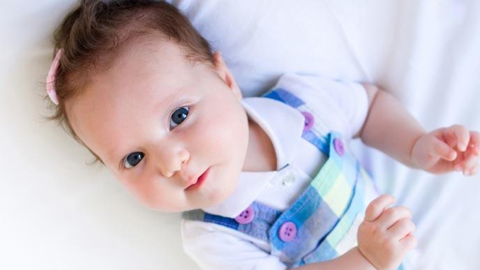 ベビーヘアクリップで髪の毛を止める赤ちゃん