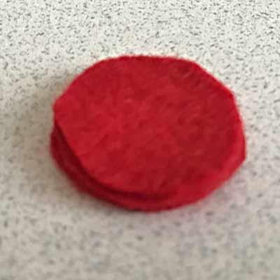 重ねて貼り付けられた三枚の赤いフェルト