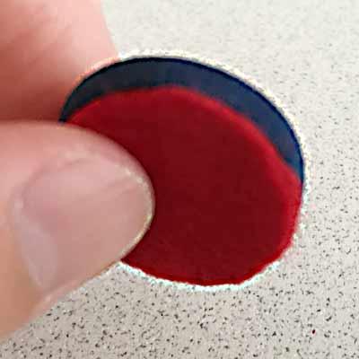くるみボタンに貼り付けたフェルト