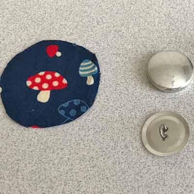 テーブルのうえに並べられたくるみボタンセット