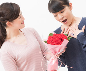 義母に花を贈る嫁