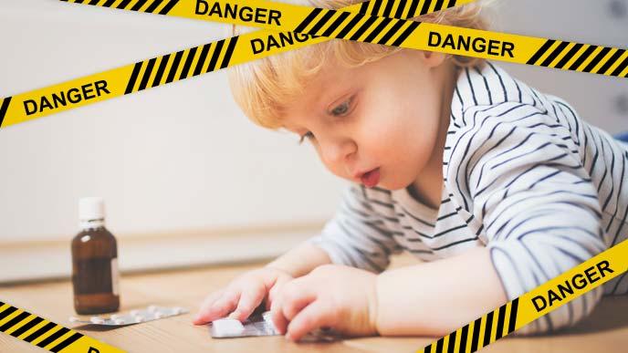 危険:薬をいたずらしている赤ちゃん