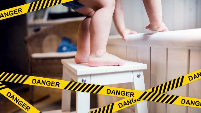 危険:脚立に立とうとしている赤ちゃんの足元