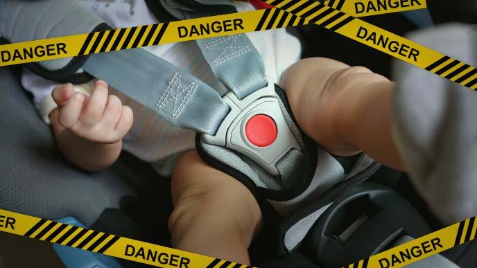 危険:チャイルドシートに収まる赤ちゃん