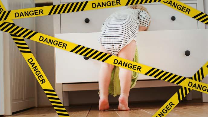 危険:箪笥の引き出しを開けて中を覗き込み赤ちゃん