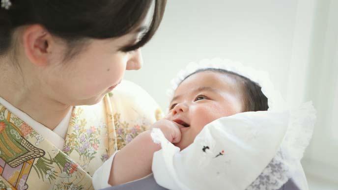 赤ちゃんを抱っこする若い母親