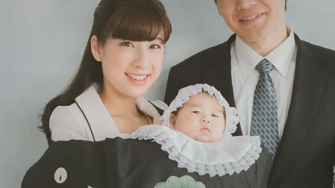 洋服でお宮参りする母親と赤ちゃん