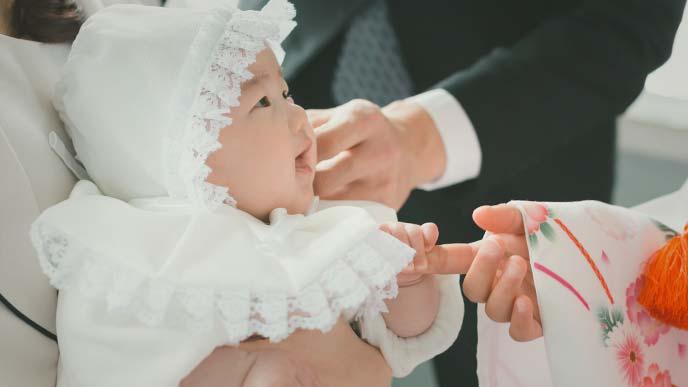 お宮参りで微笑む赤ちゃん