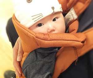 抱っこ紐で運ばれる赤ちゃん