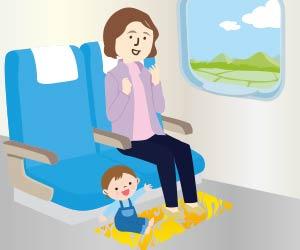 車内の床にシートをひいて座る幼児