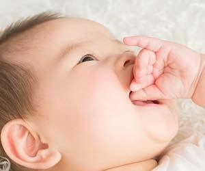 自分の指を舐める赤ちゃん