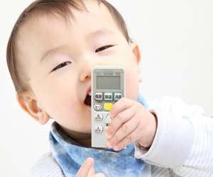 リモコンを舐める赤ちゃん