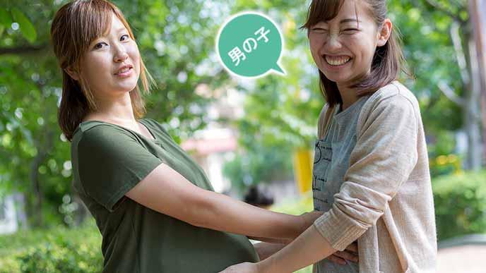 妊婦のお腹を触る女友達