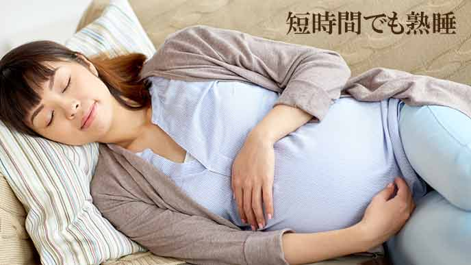 ソファで昼寝する妊婦